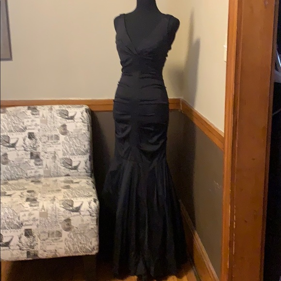Cache Dresses & Skirts - Cache Size 2 fitted flared black evening gown